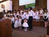 Los niños cantandole a sus mamas